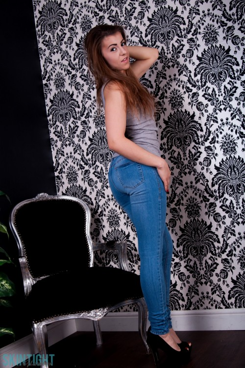Sara Parker Gets Naked From Blue Jeans - Picture 2